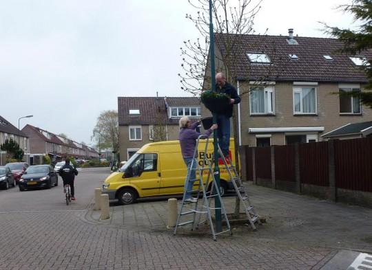 25 april: De hanging baskets zijn gevuld